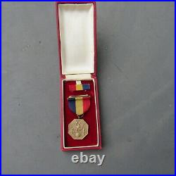 RARE WWII Navy & Marine Corps Medal Early Type 1 Red Case Box & WW2 Wrap Brooch